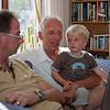 Op schoot bij papa de vakantiefoto's van oom Paul bekijken.