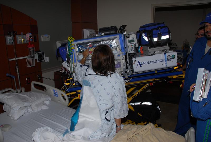 Transportul Elenei la Baylor All Saints Hospital. A trebuit sa o puna pe un ventilator special ca sa poata respira mai bine. Dupa 30 min totul era in regula si acum nu mai are nici o problema.