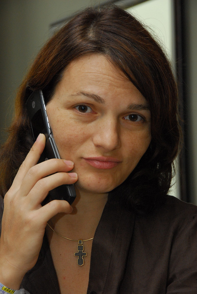 Mirela la telefon gata de plecare din spital.<br /> Mirela on the phone ready to leave the hospital