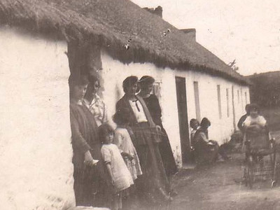 DPB-109: Kitty Shaw, Emily (Grammy)McKeown, Emily (Cissy) McKeown and friend at the Bogs mid 1920s. Note the thatched roof later replaced with corrugated iron.