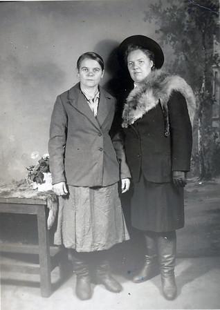 Hanka and Rosalia Steinke (Todositchuk) - Wolochisk, Ukraine - 1942