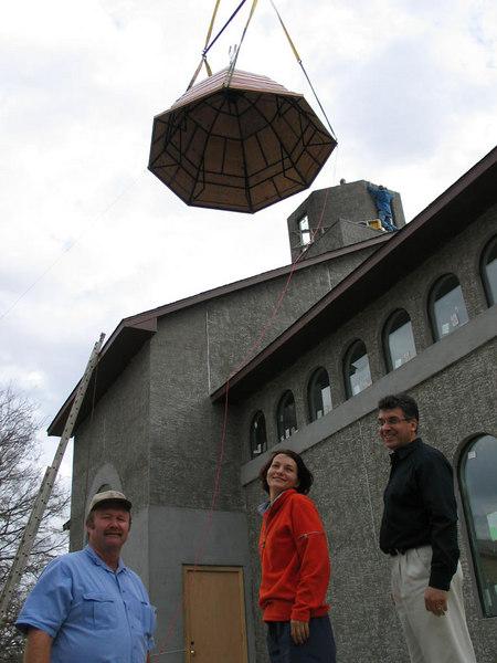 Mike, Mirela si Laurentiu (de la stanga la dreapta) la ridicarea cupolei de la Biserica noua din Colleyville