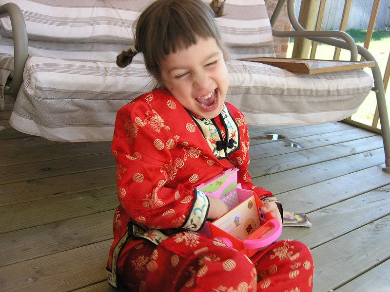 Maria pe deck-ul din spatele casei imbracata cu un costum de chinezoaica pe care i l-am cumparat din Chiana Town in San Francisco<br /> Martie 2004