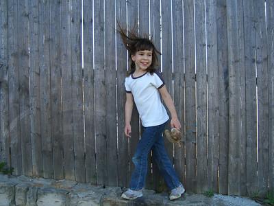 Maria surprinsa in drum spre casa dupa o plimbare in parc, Aprilie 2005