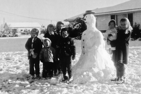 Left to right: Jeanne, Julie, Pat, Jim, Joe and Jan holding Susie.  2132 Pech Rd. Spring Branch  February 12, 1960