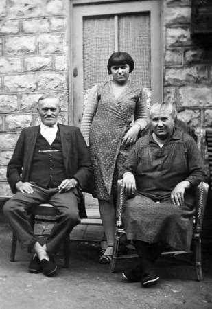Mes arrières grand-parents maternels François Renaud (1868-1948) et Léonore Renaud (1866-1944) avec une de leurs petites filles Camille.