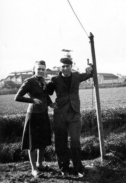 Ma mère et mon oncle Maurice dans le jardin de mes grands parents aux Gautherets, devant le puits Saint Amédée à Sanvignes les Mines.