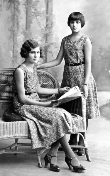 Ma mère ( à gauche assise) 1917-2002 avec sa cousine Camille Dessolin