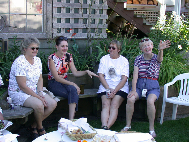 Girl talk... catching up on Jenny's career and adventures.<br /> Kathy Dean, Jen Gibson, Soosi Foran, Louise Gibson.