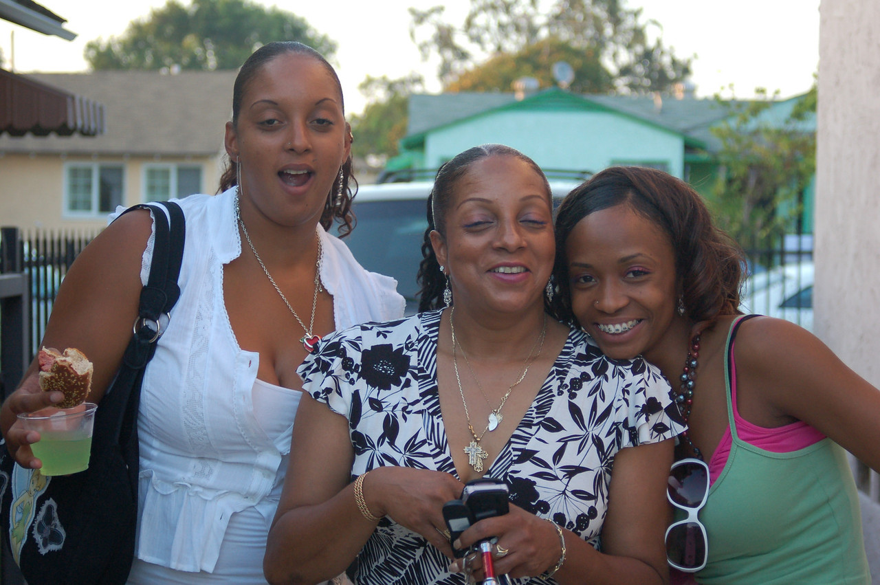 Melissa (Mit) and her daughter Ariana and Tianna
