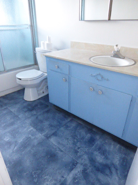P1010187WilkinsonHouseEmptyHallBathroomBlue