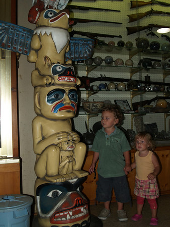 Kids with totem pole while waiting for cave tour