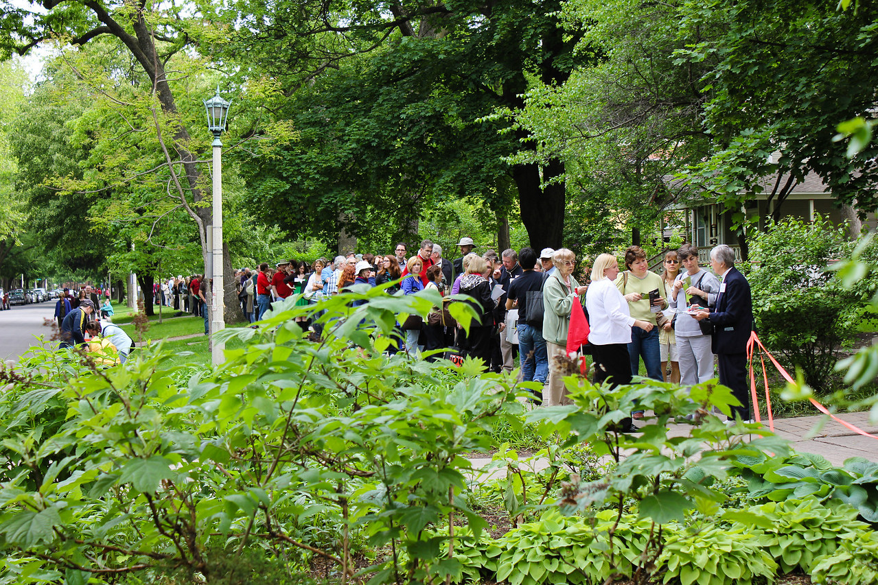 A long line of people waiting to see the Frank Lloyd Wright's Thomas House.