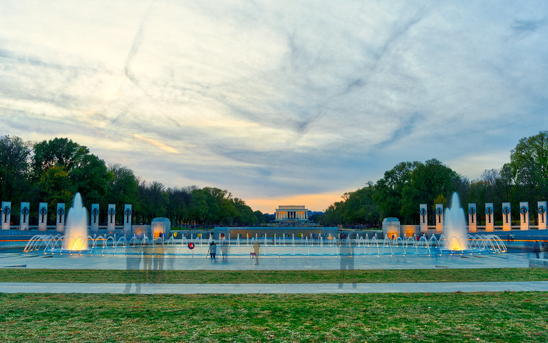 view of the World War II memorial & Lincoln Memorial in the background