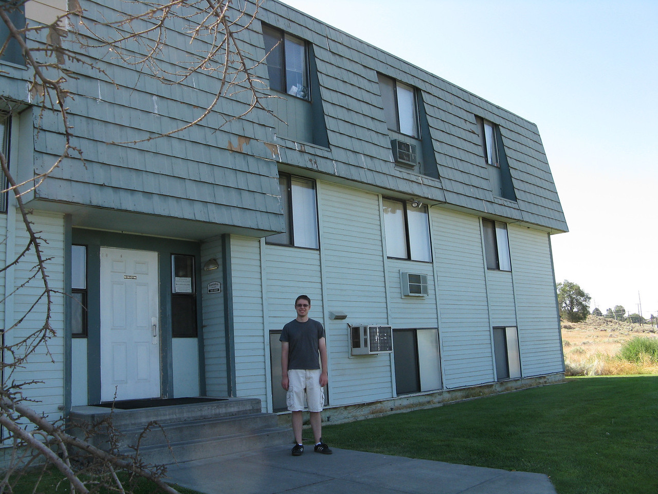 We arrived in Moses Lake about 3:30 p.m. on Tuesday, August 7.  It was 102 degrees that afternoon.  We sweated a lot as we unloaded the van.  Kevin is standing in front of his new apartment building in Moses Lake.