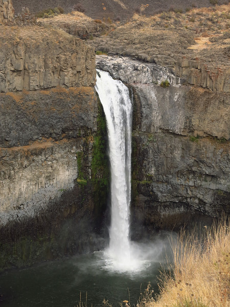 A little different view.  Somehow, the presence of these falls in the high desert of eastern Washington seems incongruous.