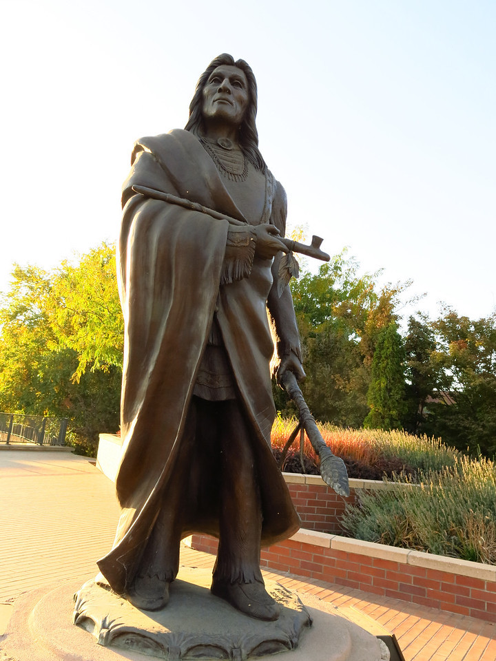 A sculpture of Peopeomoxmox, a Native American chief.