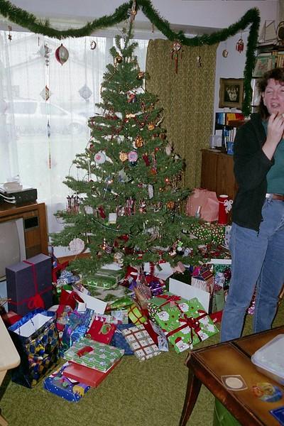 2005 Tree, gifts, Linda