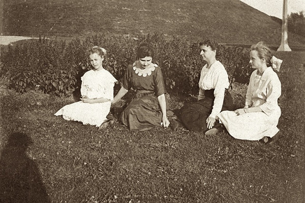 Maybelle Crall (2nd from left) c 1917