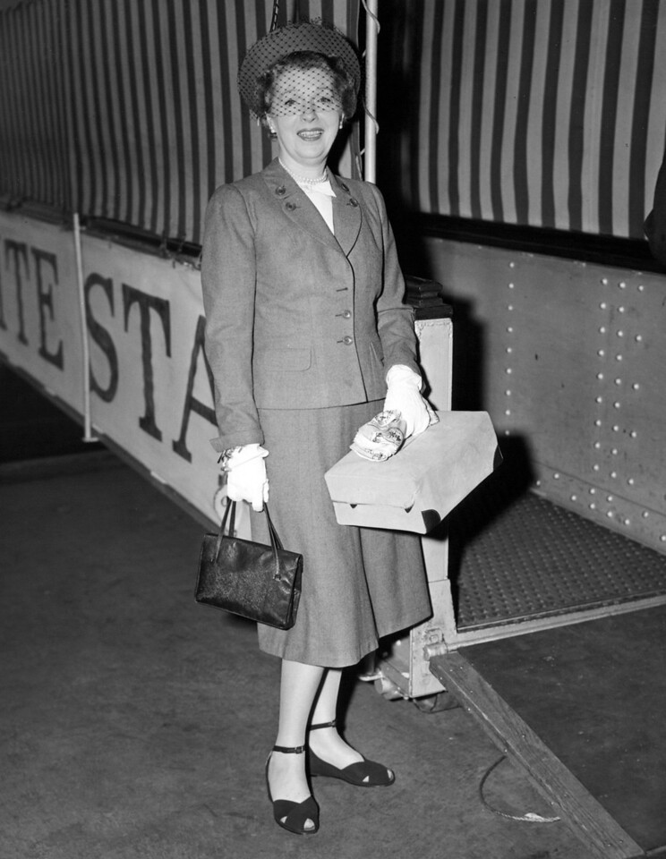 Miss Paling arrives on the Queen Elizabeth to NYC. 1947
