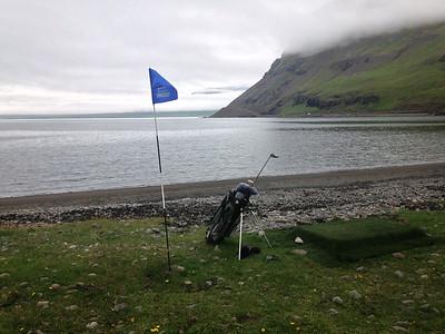 Vertinn á veitingastaðnum á Norðufirði, Sveinn Sveinsson og kona hans Margrét Nielsen, létu koma upp golfteig við sjávarsíðuna.