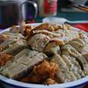 土豆粉丝垫底,上面排好酥肉鸡蛋糕