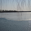湖面应该是全冻,这个水是因为湖边水管一直放水