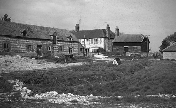 <center><font size=3><u> - Crowmarsh Battle Farm- </u></font> (BS0600)  Photographed in 1962.  Note the farmhouse, centre, and the Granary to the right</center>