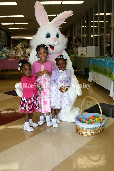 Sa'riyah Stinyard, Caparia Powel, D'Nai Hampton with the Easter Bunny