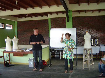 Dick en Henk gaven les met hulp van Ibu Diane die fungeerde als doventolk (gebarentaal)