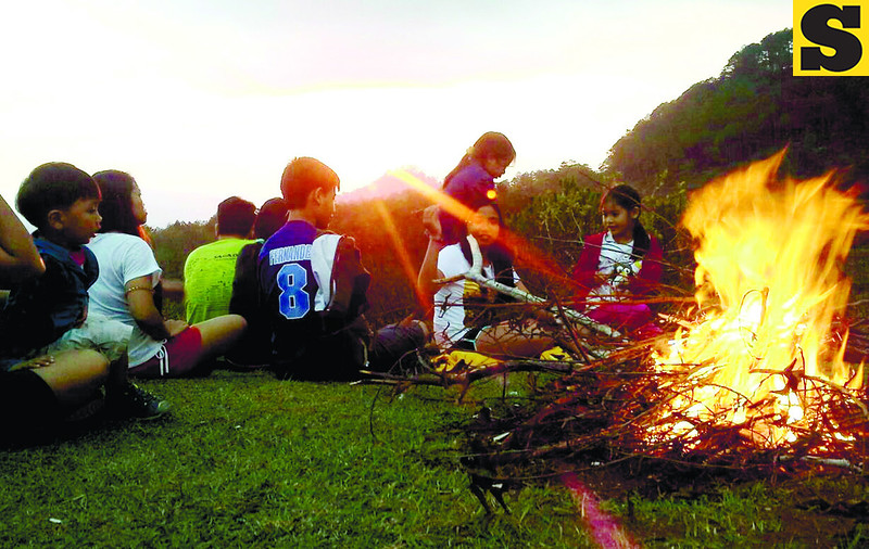 Young road trippers from Cebu gather around a bonfire while waiting for the sun to set at a viewing deck a few steps away from Lake Danum in Sagada. (Noel S. Villaflor photo)