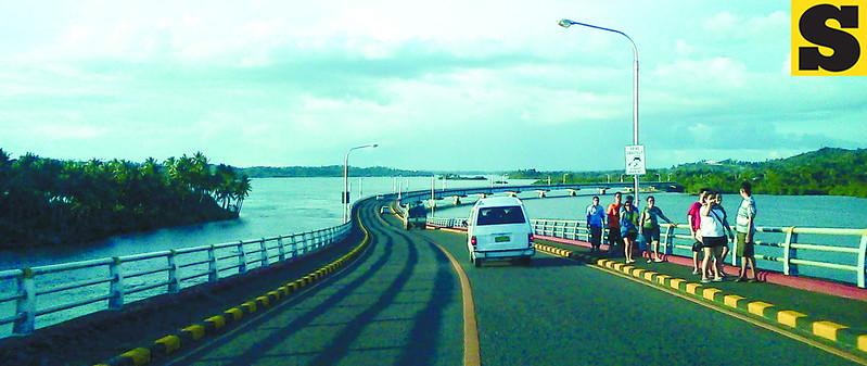 Tourists walking along San Juanico Bridge. (Noel S. Villaflor photo)