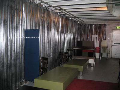 Achter de schermen, de loungebankjes staan normaal gesproken in de zaal