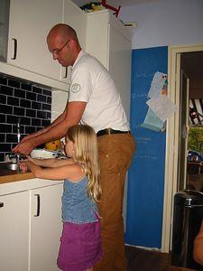Occo en Mo, handenwassen in de keuken
