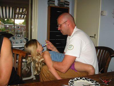 Het ritueel tandenpoetsen. Doen ze al vanaf ze baby was zo, lief!