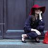 tuta in fresco di lana con colletto in raso nero bottoni gioielli borsa in pelle stampata in rossa, Artigiano fiorentino