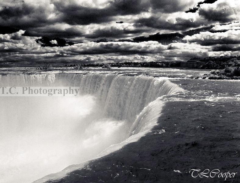 Horseshoe Falls in B&W