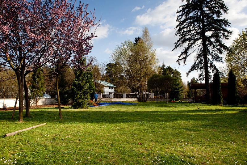 Pozemek v Klánovicích na jaře - pohled do ulice Ke Znaku