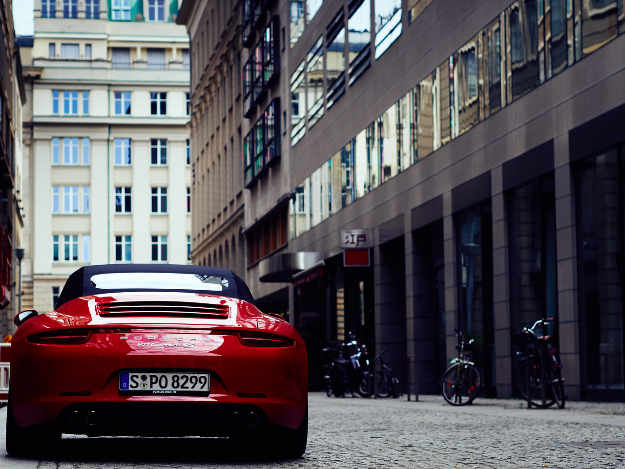 Red Porsche 911 Carrera in Berlin