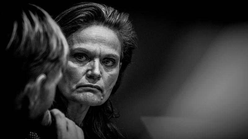 Sørine Godtfredsen lytter koncentreret u en debat.