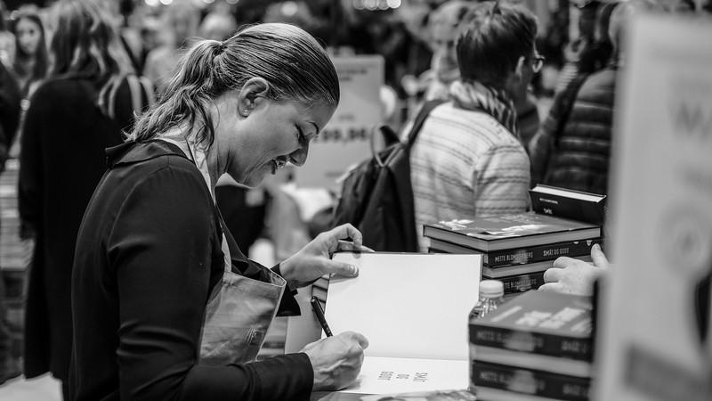 Mette Blomsterberg signerer