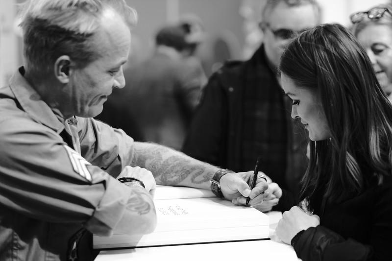 Fotografen Jan Grarup signerer sin bog