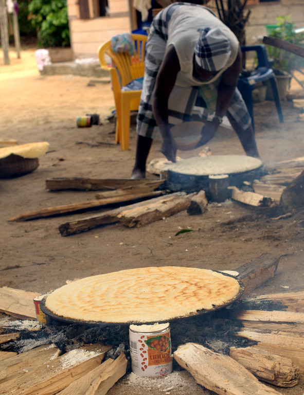 Women make cassava bread in Pokigron