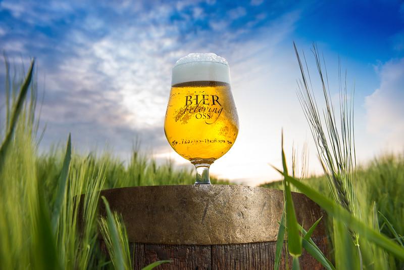 Bier Beleving Festival Oss Promotie Product Fotografie Productfotograaf | Bierglas op Houten Bierfust in Gerst Graan Tarwe Veld