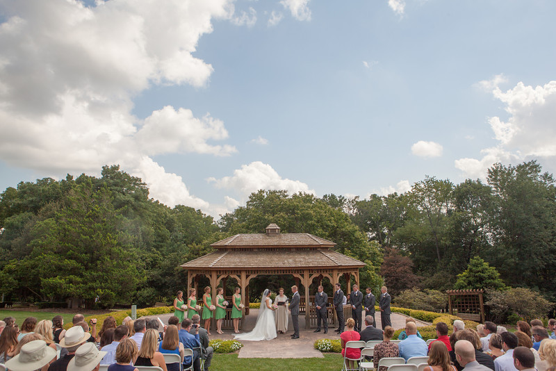 Summer outdoor wedding ceremony at Dubuque Arboretum and Botanical Gardens in Dubuque, Iowa. Wedding photographer – Ryan Davis Photography – Rockford, Illinois.