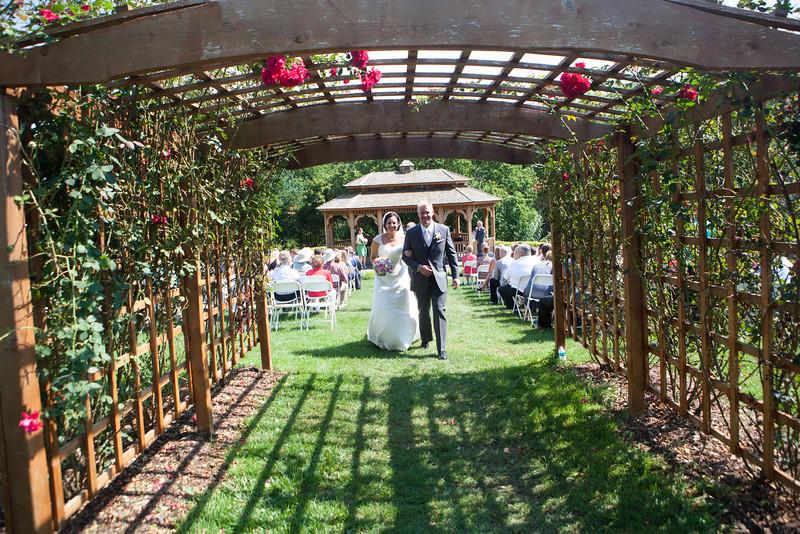 Summer outdoor wedding ceremony at Dubuque Arboretum and Botanical Gardens in Dubuque, Iowa. Wedding photographer – Ryan Davis Photography – Rockford, Illinois.