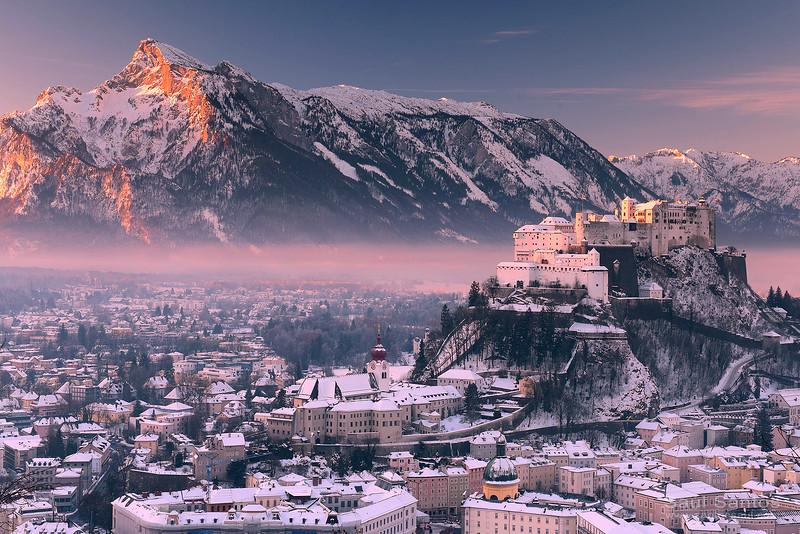 Salzburgo y su  Catillo (fortaleza de Hohensalzburg) en invierno. Austria