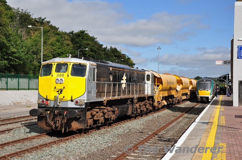 088 stands at Mallow with a rake of Autoballaster Wagons. Behind it (out of sight) was 073 with the Sperry Train.  Sat 08.09.12