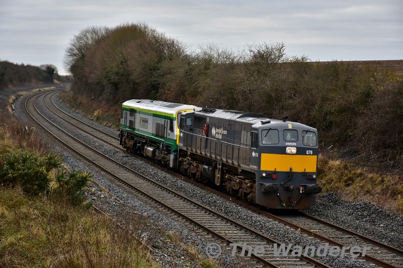 076 is pictured at Ratheven on the outskirts of Portlaoise with the late running 0930 Cork - Inchicore transfer hauling failed 234. 234 failed at Burnfort between Mallow and Cork on Friday 30th December with the 0900 Heuston - Cork and had to be rescued by 229. Tues 03.01.17