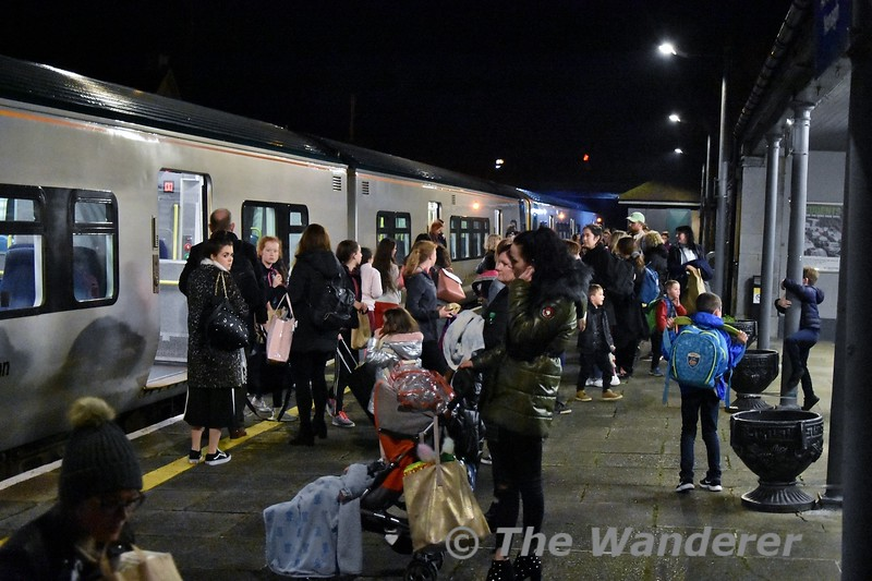 Passengers alight and board the 1655 Limerick - Ballybrophy at Nenagh. Wed 02.01.19